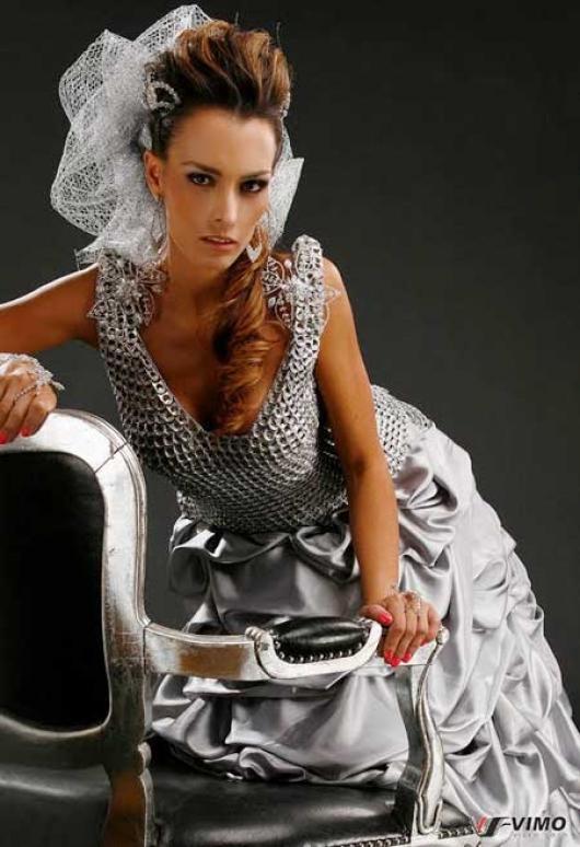 c4e72bcd061 Criação do estilista curitibano Edson Eddel. Vestido feito de materiais  reciclado